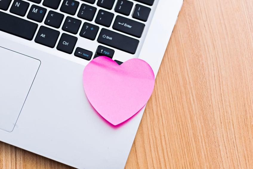 Verliebt in den Kollegen? 4 Tipps, wie Sie damit richtig umgehen