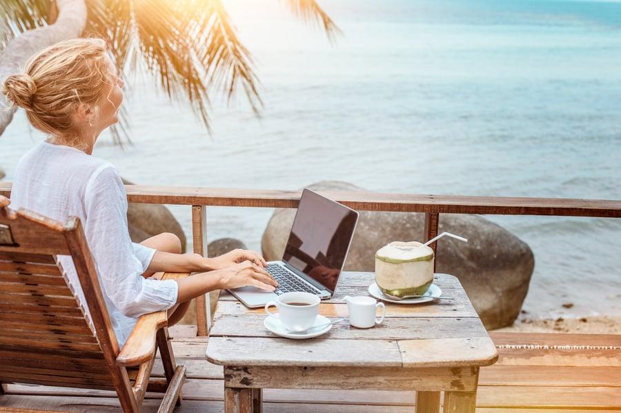 Travailler pendant les vacances permet-il réellement de se détendre ?