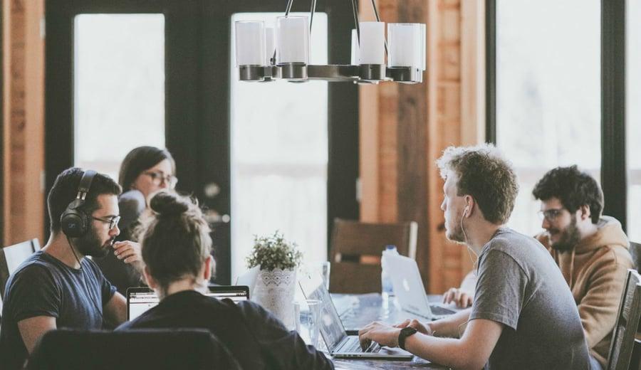 Música en la oficina: potencia tu productividad