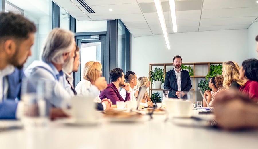 Liderazgo de servicio: qué es y cómo beneficia a tus proyectos