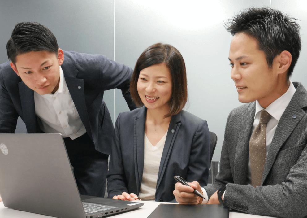株式会社シキラボは Wrike を活用して情報共有の会議時間の 50% 削減に成功